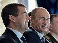 Медведев значительно опережает Путина
